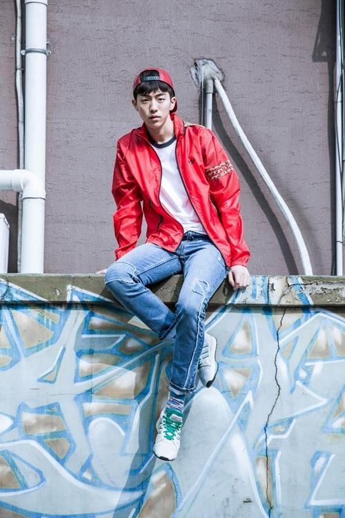 Nam Joo Hyuk từng nói chuộng sneaker vì dễ phối đồ, tôn vóc dáng. Anhcó hàng trăm đôi giày thể thao.
