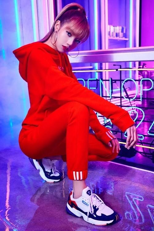 Ca sĩ Lisa nhóm Blackpink diệnset đồ thể thao đỏ rực vàgiàyAdidas Falcon. Mẫu sneaker nàythu hút giới trẻ nhờ cách phối những mảng màu độc đáo, đế cao 3 cm giúp ăn gian chiều cao.