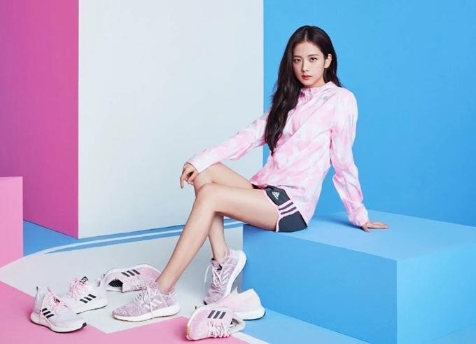 Ca sĩ Jisoo lăng xê mẫuAdidas Cherry Blossom. Thiết kế với tông hồng chủ đạo thu hút phái nữ nhờ vẻ mềm mại.