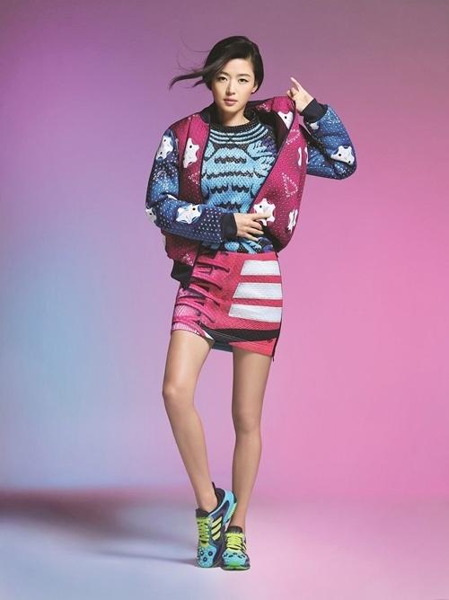 Minh tinh Jeon Ji Hyun là một trong những biểu tượng thời trang của showbiz Hàn. Cách phối đồ của cô thường được giới trẻ học theo. Không chỉ lăng xê những đôi giày cao gót, váy áo nữ tính, cô nhiều lần xuất hiện với phong cách thể thao. Trong ảnh cô mang giày và trang phục vận động viên thuộc dòng Adidas Originals X Mary Katrantzou.