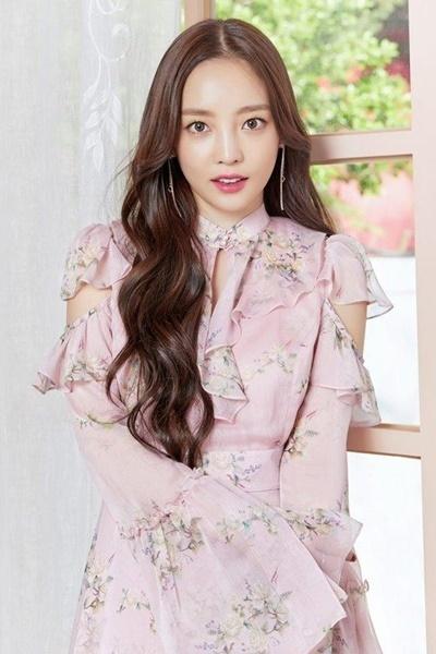 Cô được truyền thông xử Hàn đặt biệt danh búp bê sống với vẻ ngoài trong sáng, trẻ trung.