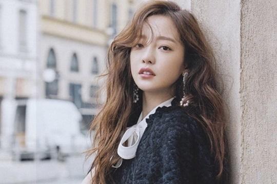 Hara từng hẹn hò ca sĩ Yong Jun Hyung năm 2011, họ xác nhận chia tay năm 2013 vì muốn tập trung cho công việc. Từ năm 2016, sau khi KARA tuyên bố tan rã, côcũng không còn hoạt động mạnh trong giới giải trí.