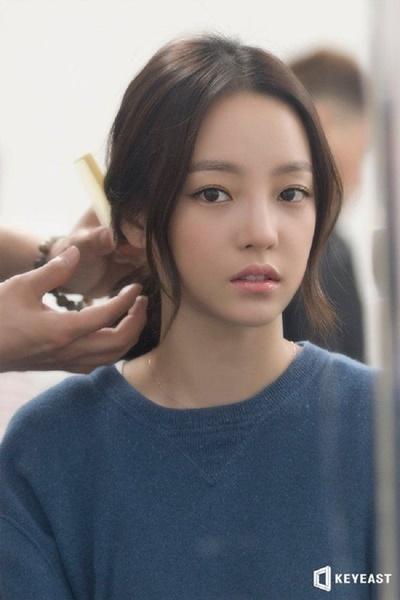 Thời gian đầu, cô theo đuổi hình tượng trong sáng như hầu hết ca sĩ thần tượng K-pop thế hệ thứ hai.