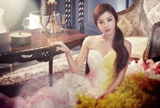 Ca sĩ diện váy công chúa, làm tóc nhẹ nhàng khi chụp ảnh thời trang. Ngoài hoạt động âm nhạc, Goo Hara còn là cái tên quen thuộc trên các chương trình thực tế hay người mẫu thời trang cho các tạp chí hàng đầu.