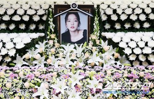 Theo Naver, nhiều người khóc khi đến viếng Sulli. Ảnh: Sports Chosun.