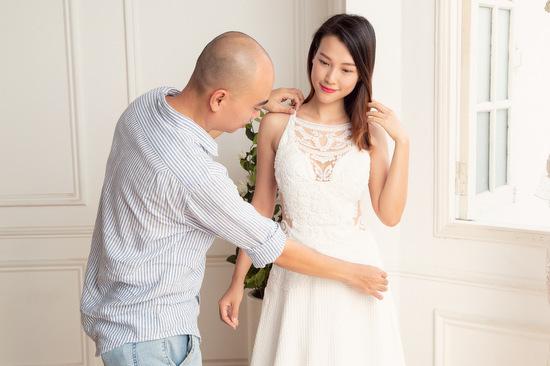 Hoàng Oanh thử váy cưới Trương Thanh Hải. Ảnh: T.K.