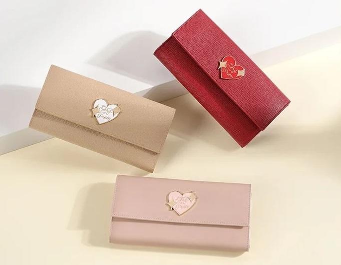 Ví dài đính logo trái tim Venuco Madrid W103 làm từ da cừu. Thiết kế đơn giản với3 màu sắc đỏ, hồng nhạt và màu be nữ tính, thích hợp phối với nhiều trang phục. Ví dạng nắp gập, gồm một mặt chia thành nhiều ngăn nhỏ đựng thẻ và danh thiếp, mặt còn lại có hai ngăn trong suốt có thể dùng đựng ảnh chụp. Kích thước ví dài giúp giữ tiền thẳng, góp phần hoàn thiện bộ trang phục của bạn. Sản phẩm có giá 1,042 triệu đồng, ưu đãi 30% trên Shop VnExpress.