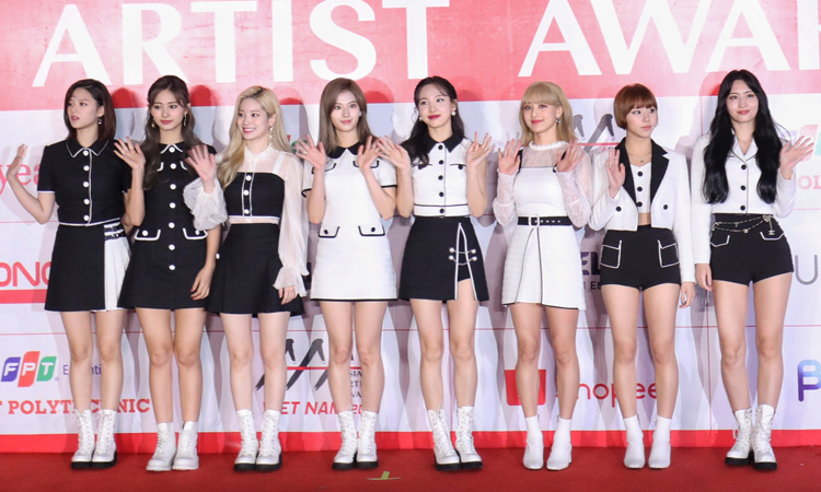 Nhóm nhạc đình đám TWICE thuộc công ty JYP. Họ gặt hái nhiều giải thưởng tại các kỳ AAA. Năm 2016, nhóm giành giải Nghệ sĩ xuất sắc và có màn trình diễn Cheer Up + TT. Năm 2017, nhóm được vinh danh ở hai hạng mục Nghệ sĩ của năm và Giải thưởng tuyệt vời. Năm 2018, Twice giành giải Nghệ sĩ xuất sắc.