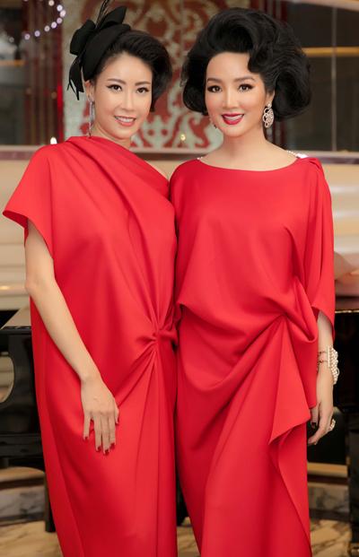 Hoa hậu Hà Kiều Anh (trái) và Giáng My (phải) cùng diện mẫu sarong dress.