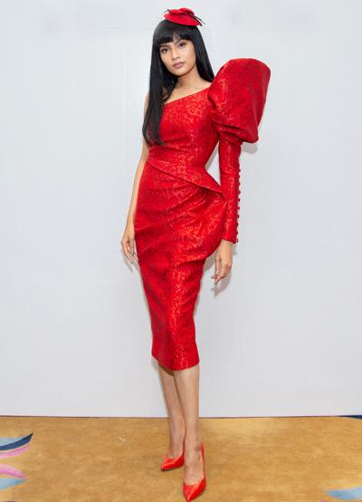 Người đẹp Trương Thị May chọnmẫu váy chéo vai,tay phồng lớn.