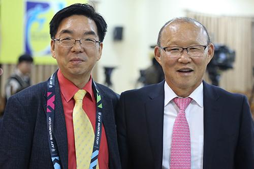 Huấn luyện viên Park Hang-seo (phải) và tác giả cuốn sách. Ảnh: HNB.