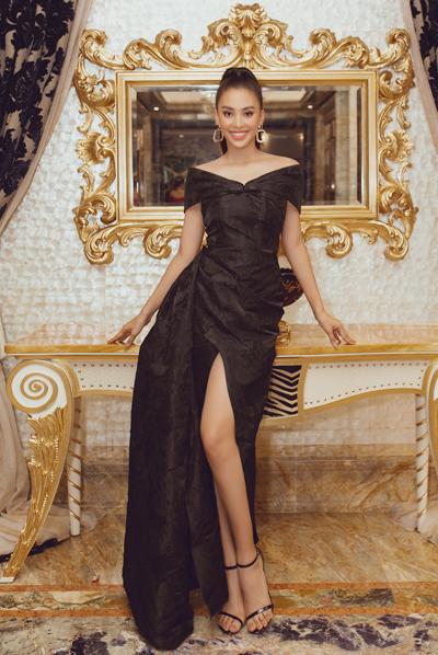 Hoa hậu Tiểu Vydiện váy gấm dập họa tiết hoa hồng.