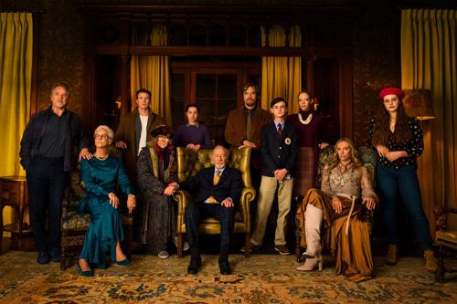 Gia đình của Harlan Thrombey rất đông thành viên và gồm nhiều thế hệ.