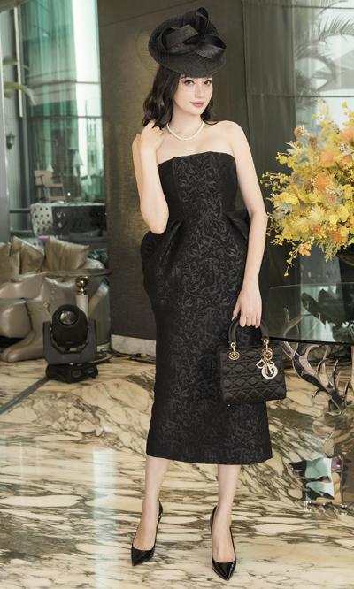 Trương Tri Trúc Diễm với thiết kế cúp ngực, phom bút chì. Cô kết hợp trang phục với túi và giàyDior cùng tông.