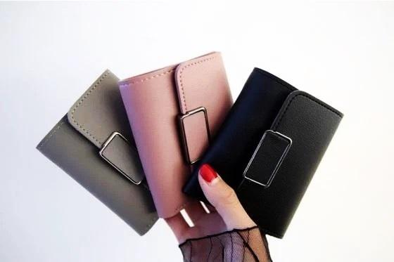 Ví cầm tay hình vuông Praza VN03 là phụ kiện giúp các cô gái tô điểm phong cách. Sản phẩm có thiết kế đơn giản, nhỏ gọn, thích hợp để một số vật dụng nhỏ như tiền, CMND... Có nhiều màu sắc cho phái nữ lựa chọn, hiện đồng giá 49.000 đồng.