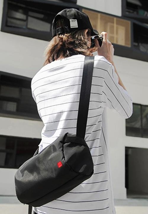 Túi chéo Glado Express GEX005 có ngăn chính rộng rãi, để được nhiều vật dụng cần thiết trong các chuyến du lịch như: hộ chiếu, CMND, mỹ phẩm, mắt kính, sổ tay, điện thoại, sạc dự phòng... Ngăn kéo nhỏ bên trong đựng vật dụng nhỏ như điện thoại, chìa khóa, ví tiền... Sản phẩm dùng được cho cả nam và nữ giới.