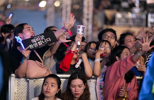 Nhiều khán giả mệt mỏi, khó thở do phải đứng chen chúc nhiều giờ liền.
