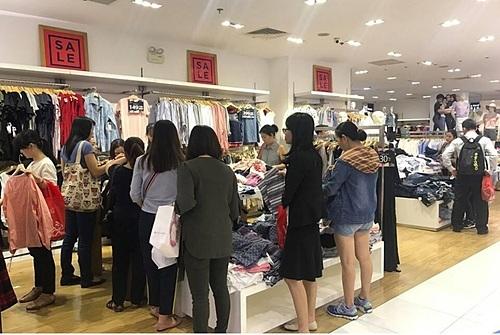 Các tín đồ không sợ bị lỗi mốt vì hot trend được cập nhật nhanh chóng cho mùa sale năm nay bởi các thương hiệu Mango, Gap, Old Navy, OVS.
