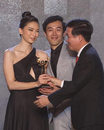 Từ trái qua: diễn viên Ngô Thanh Vân, đạo diễn Leon Lê lần lượt nhận giải Bông Sen Bạc cho phim Hai Phượng, Bông Sen Vàng cho phim Song Lang. Ảnh: Hữu Khoa.