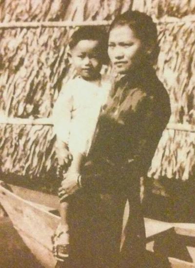 Nhạc sĩ Lam Phương bên mẹ. Ảnh: Gia đình cung cấp.