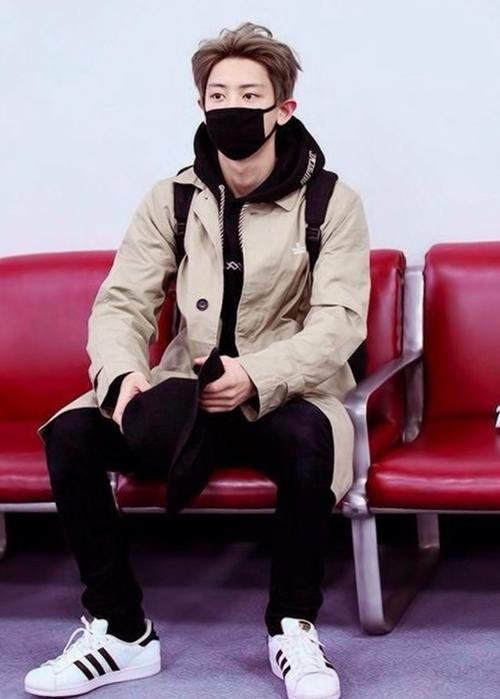 Ca sĩ Chanyeol (nhóm EXO) phối quần jeans với áo khoác dáng dài và hoodie có mũ. Tông đen của quần và áo mũ đồng điệu với ba sọc đen đặc trưng trên thân giày.