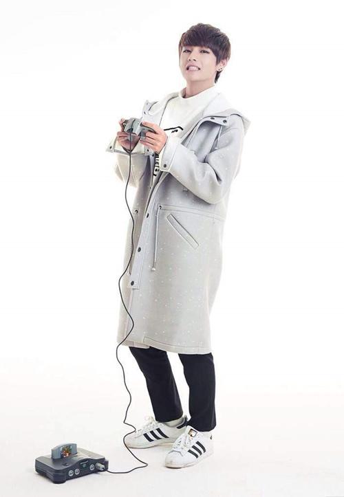 Ca sĩ thần tượng V (Kim Tae Hyung) của nhóm BTS - từng thắng bình chọn Đẹp trai nhất thế giới - là một trong những thần tượng lăng xê mẫu giày này. Phần đế được thiết kế bằng, cao khoảng 3cm nhằm nâng đỡ đôi chân, giúp ca sĩ thăng bằng tốt và ăn gian chiều cao.
