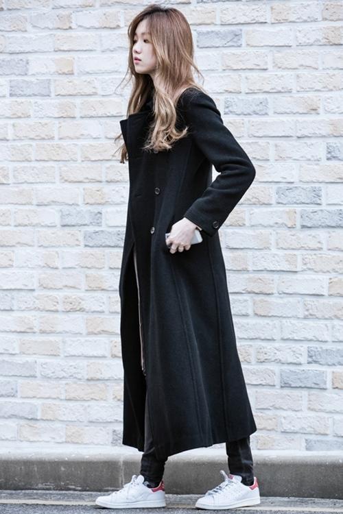Lee Sung Kyungmix áo khoác dáng dài, quần jeans với mẫu giày thể thaoAdidas Original Stan Smith. Giày có tông trắng chủ đạo phối viền đỏ ở phía sau gót giày (chuyên môn gọi là heel-tab). Đôi giày có lớp lót và đệm bằng vải mềm, bộ đế tích hợp công nghệ eva đem lại cảm giác êm ái.Sản phẩm đang giảm 25%trên Shop VnExpress, còn 2,09triệu đồng (giá gốc 2,79 triệu đồng).