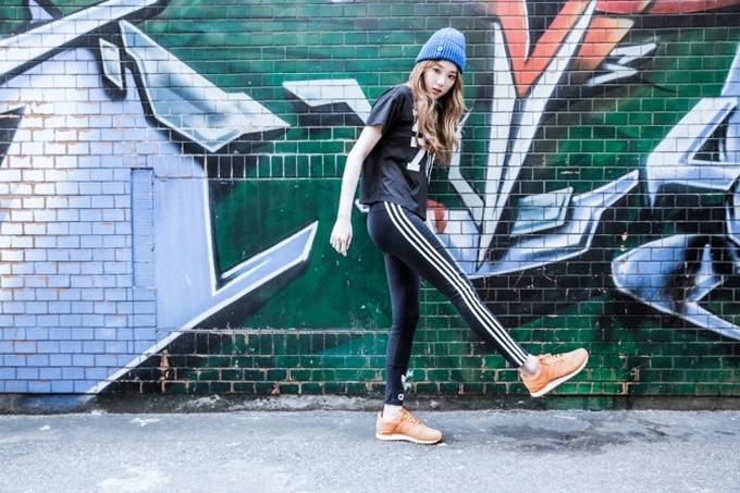 Lee Sung Kyung có nhiều đôi Adidas màu sắc như da cam, xanh dương, tím. Thiết kế đượcbiến tấu từ giày chuyên dụng dành cho các vận động viên bóng đá, bóng rổ. Xem các mẫu tương tự tạiShop VnExpress.