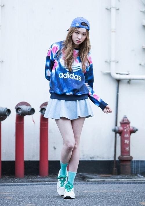 Cô mang giày Adidas phối tông trắng và xanh ngọc khi chụp ảnh thời trang. Thiết kế có phần dây nhỏ gọn, đế chắc chắn.