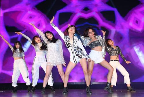 Những cô gái đến từ DR Crew (Đại học Y Hà Nội) thể hiện tinh thần năng động, cháy hết mình với màn vũ đạo chất lừ.