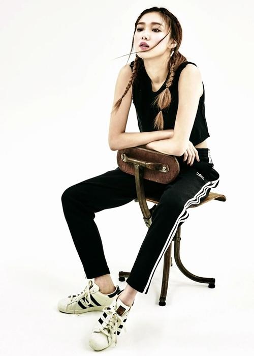 Các thiết kế của Adidas giúp Lee Sung Kyung tôn phong cách khỏe khoắn.Hãng chú trọngcách phối màu,tỉ mỉ trong từng chi tiết, từ đế giày, mũi, thân cho đến gót giày.