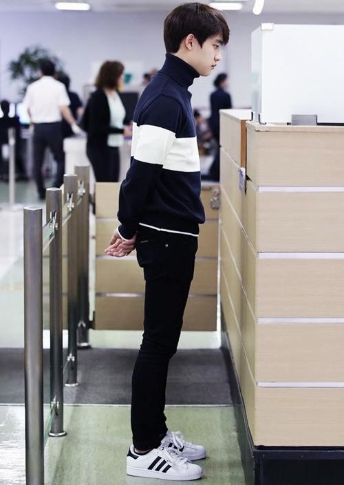 Ca sĩ D.O (tên thật là Do Kyung Soo) của nhóm EXO ra sân bay với đôi sneaker tông trắng đen.