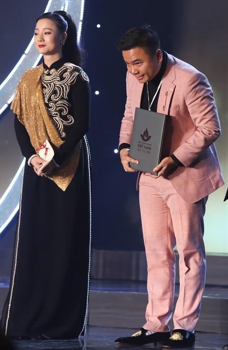 Nhất Trung (phải) nhận giải biên kịch ở LHP Việt Nam. Ảnh: Maison de Bil.