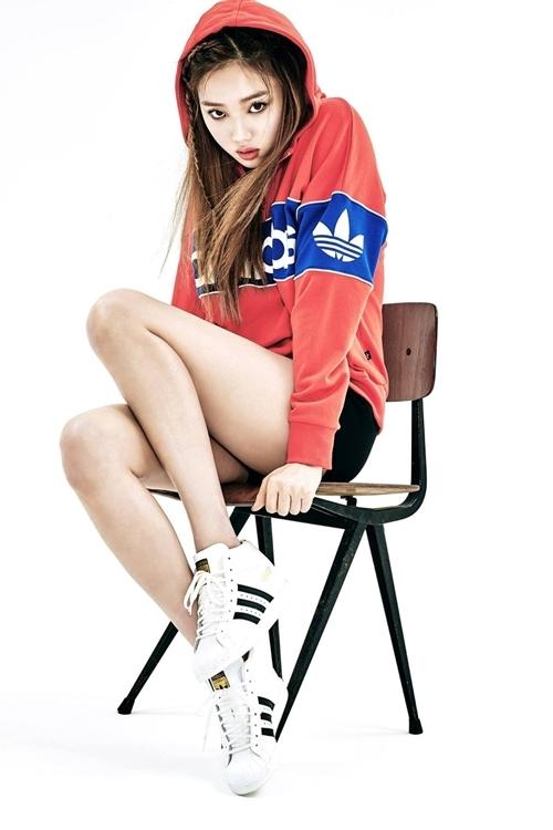 Người mẫu, diễn viên Lee Sung Kyung phối áo chui đầu thể thao có mũ, quần short đen với đôi sneaker.