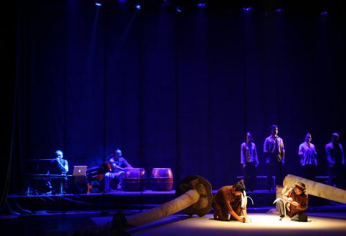 Các nghệ sĩ (phía sau) chơi nhạc trực tiếp trên sân khấu. Ảnh: Trần Hồng Thắng.