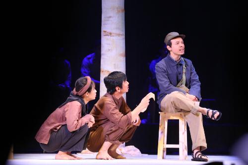 Cảnh trong vở diễn Bạch đàn liễu do Trần Lực đạo diễn. Ảnh: Trần Hồng Thắng.
