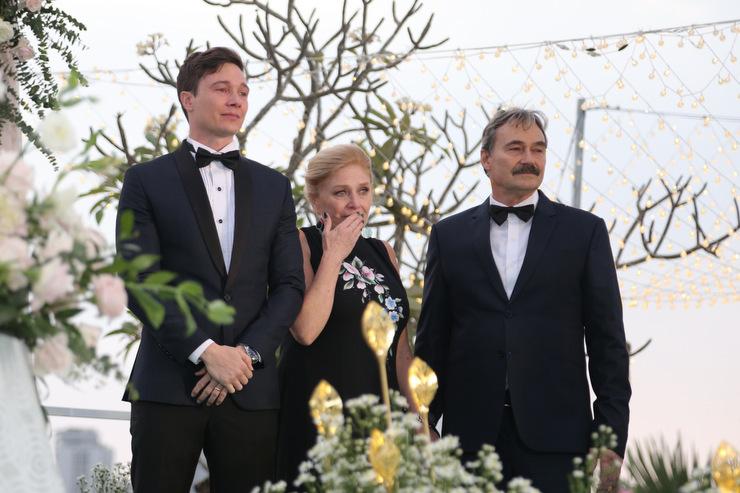 Chú rể Jack Kevin Cole và bố mẹ xúc động khi Hoàng Oanh xuất hiện trên sân khấu.