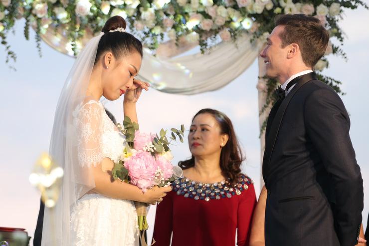 Hoàng Oanh nhiều lần rơi nước mắt khi chồng tỏ tình bằng tiếng Việt: Anh yêu em, anh thương em.
