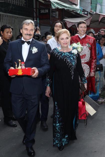 Lễ Vu Quy diễn ra theo nghi thức truyền thống của Việt Nam. Chú rể và mẹ đều mặc áo dài. Dàn phù rể đều là người nước ngoài, bạn từ Mỹ và Singapore của Jack.