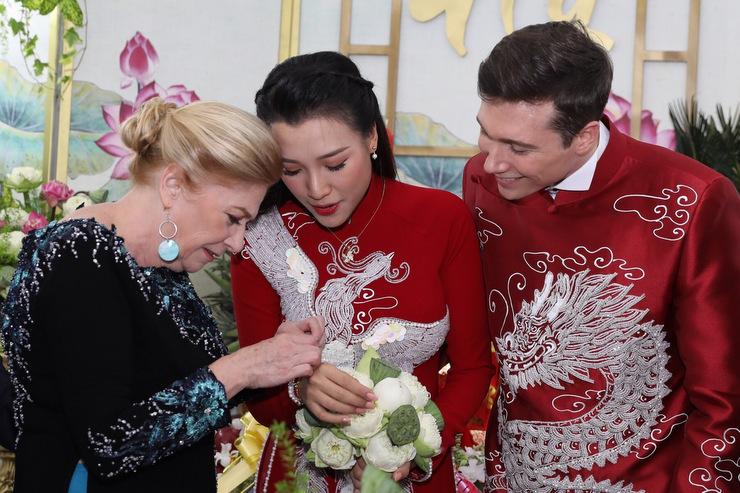 Mẹ chồng tặng trang sức cho con dâu. Gia đình anh thích thú khi trải nghiệm lễ cưới theo phong tục truyền thống của người Việt.