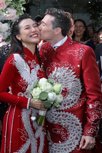 Kết thúc phần làm lễ gia đình, hai vợ chồng ra ngoài chào cảm ơn mọi người đã đến chung vui.