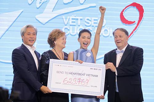 Ngô Thanh Vân (thứ hai từ phải sang) cùng các cộng sự quyên góp hơn 629 nghìn USD Vết sẹo cuộc đời 9