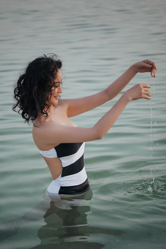 Thanh Mai diện bikini ở Biển Chết