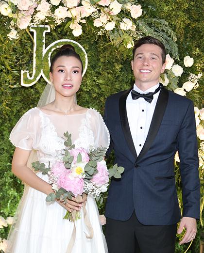 Vợ chồng Hoàng Oanh đón khách tại tiệc cưới chiều 1/12. Ảnh:Lê Chí Linh.