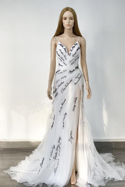 Mẫu váy thêu tên được thực hiện theo ý tưởng của Thúy Vân. Ảnh: Lê Thanh Hòa.