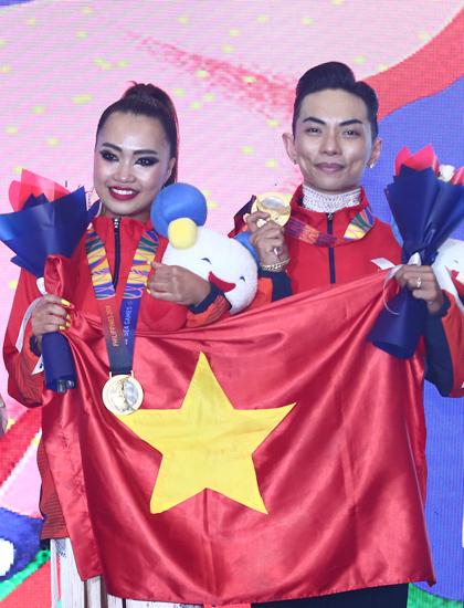 Phan Hiển - Nhã Khanh trên bục nhận huy chương vàng SEA Games 30. Ảnh: Phạm Đương.