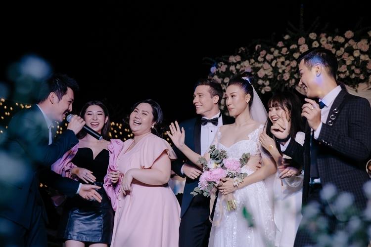 Các nghệ sĩ hòa giọng chúc mừng vợ chồng Hoàng Oanh.  (Ảnh: Linh Lê)