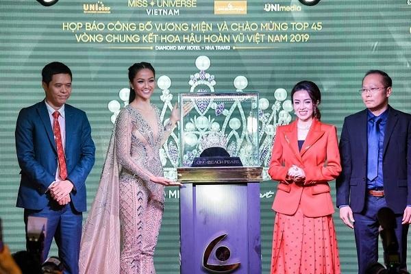 Hoa hậu Hhen Niê và bà Bùi Thị Mỹ Cảnh, nhà sáng lập của Long Beach Pearl giới thiệu vương miện dànhcho Hoa hậu Hoàn vũ Việt Nam 2019.