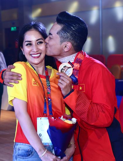 Khánh Thi mừng Phan Hiển đoạt huy chương vàng. Ảnh: Phạm Đương.