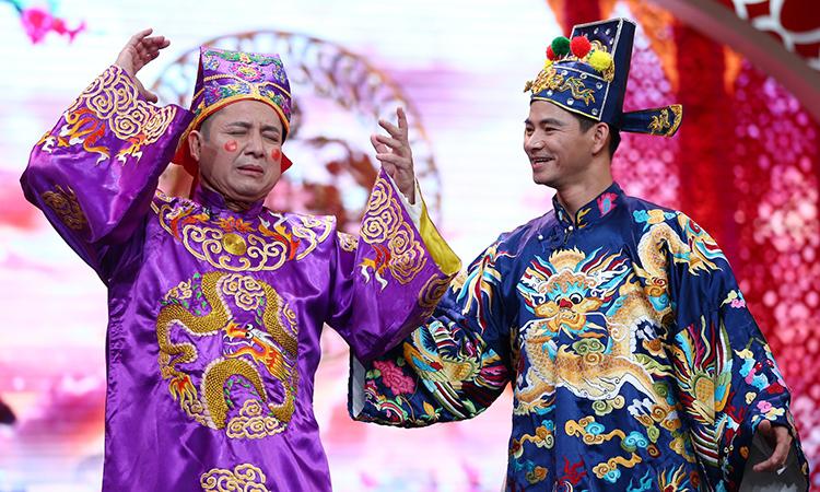 Nghệ sĩ Chí Trung (trái) và Xuân Bắc trong chương trình Táo quân. Ảnh: VFC.